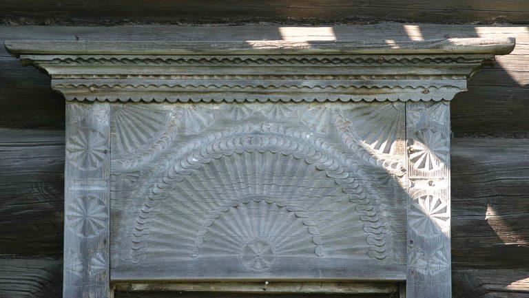 Солярные символы на лобовой доске наличника