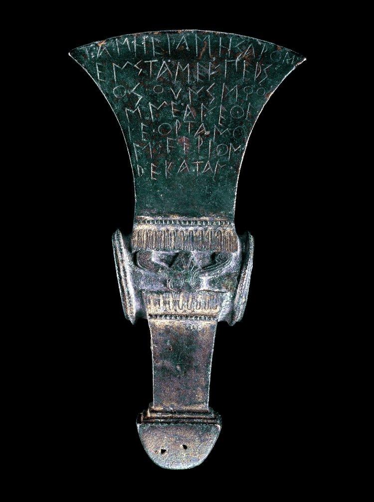 Бронзовый церемониальный топор с религиозными посвящениями на лезвии