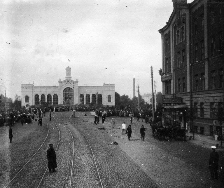 Обломки экипажа В.К. фон Плеве после взрыва бомбы, брошенной эсером Е.С. Сазоновым на Измайловском проспекте перед Варшавским вокзалом.