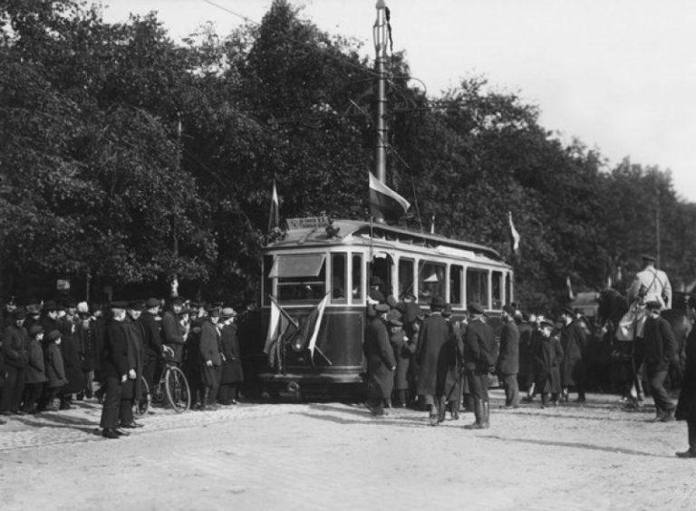Открытие трамвайного движения в Санкт-Петербурге от Главного штаба до Васильевского острова, остановка «Александровский сад». 1907