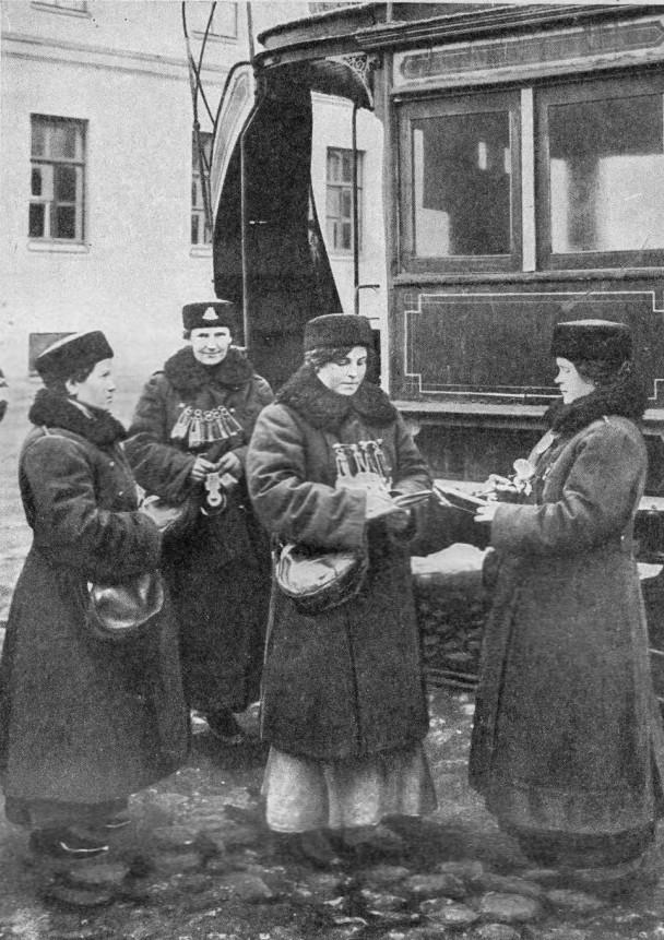 Петроград. Смена вагоновожатых. 1916