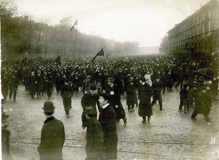 Студенты на митинге протеста против манифеста 17 октября