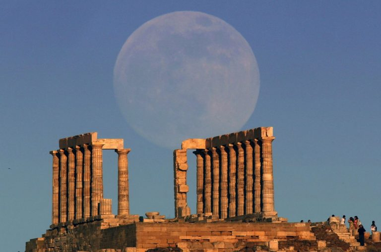 Суперлуние над руинами храма Посейдона