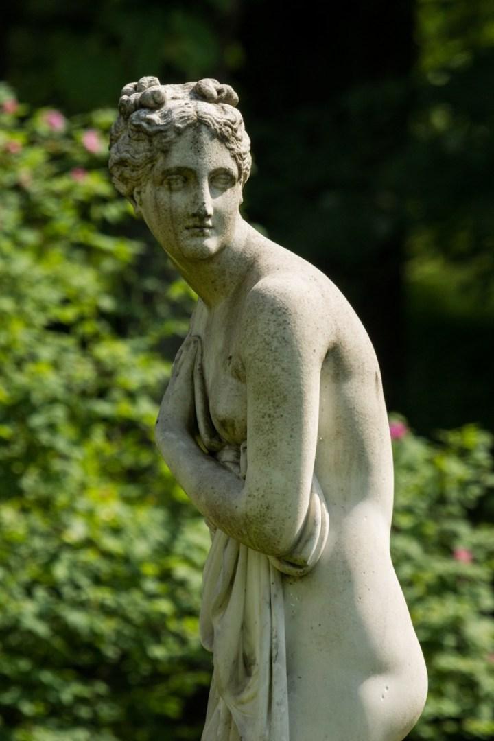 Венера в Павловском парке на пруду у павильона Вольер