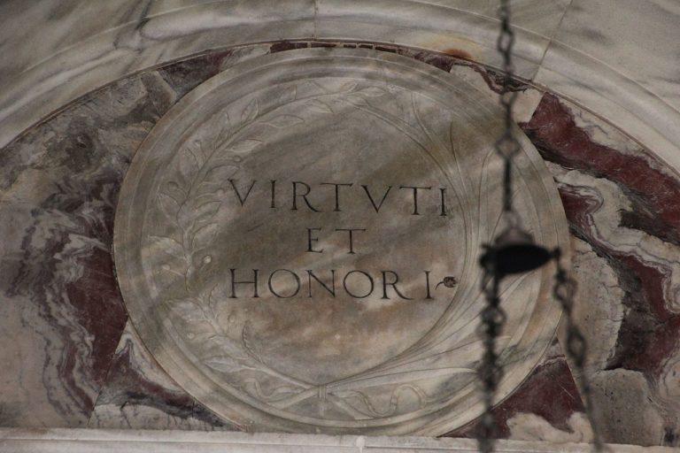 Virturi et honori – «Мужеством и честностью»