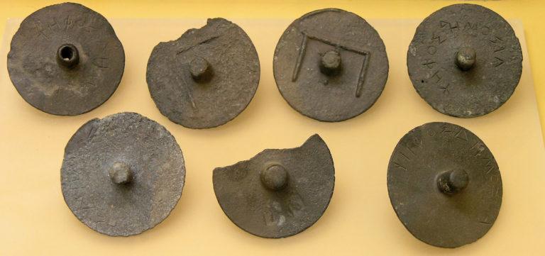 Жетоны для голосования в гелиэе (греч. ἡλιαία) - афинском суде присяжных (ок. 300 г. до н.э.)