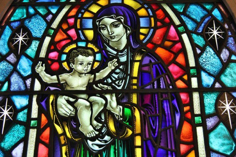 Мадонна с младенцем. Современный витраж