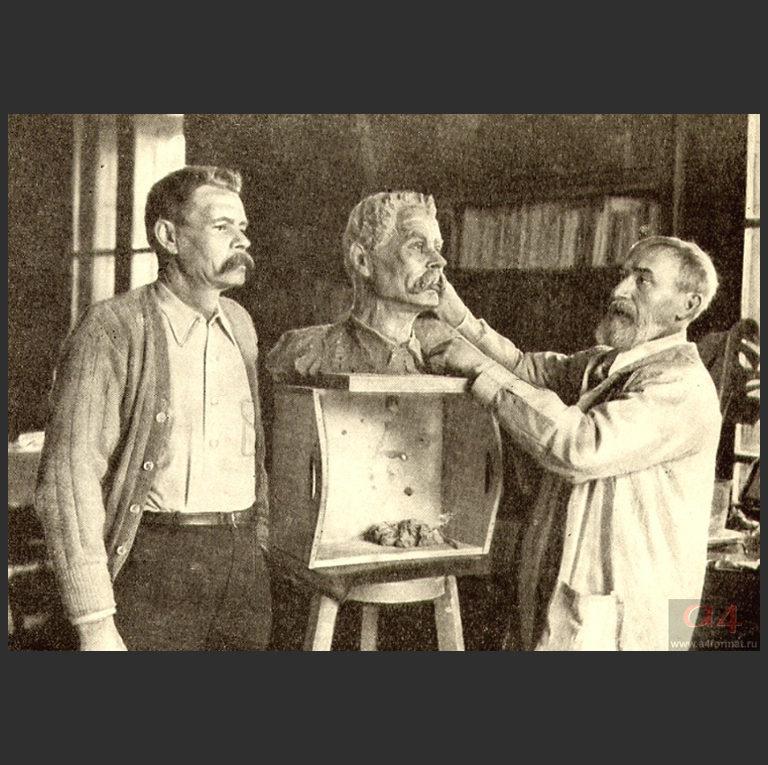 Максим Горький позирует скульптору Сергею Тимофеевичу Конёнкову (1874—1971). Сорренто, 1928