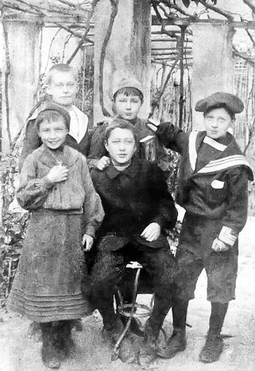 Марина Цветаева с сестрой и друзьями. Нерви, 1903