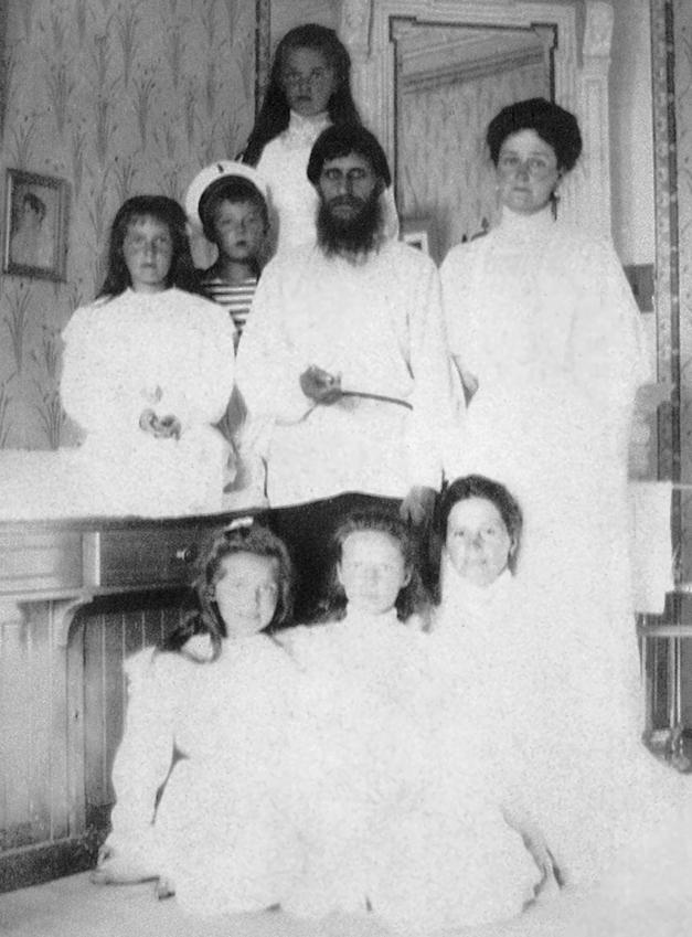 Распутин с императрицей Александрой Федоровной, детьми и гувернанткой