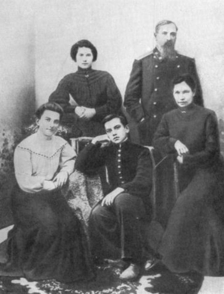 Семья Маяковских в 1905 г.