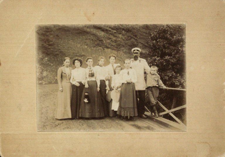 Семья Маяковских со знакомыми и родственниками на мосту возле дома Кучухидзе. 1900