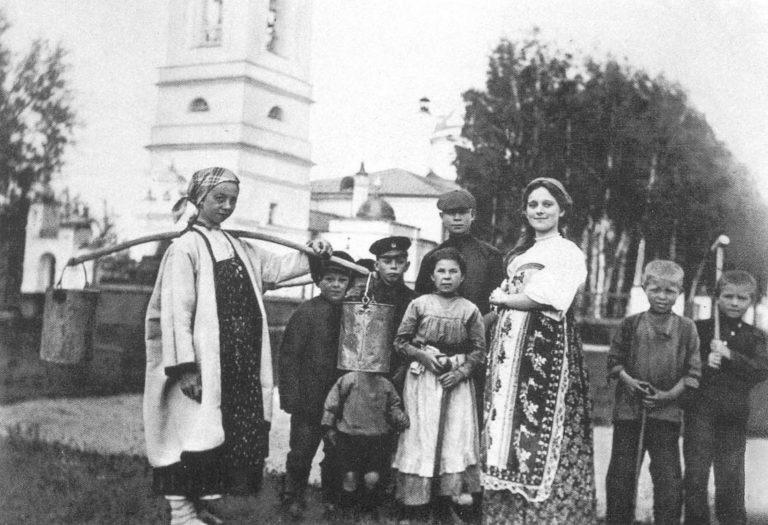 Сергей Есенин с односельчанами