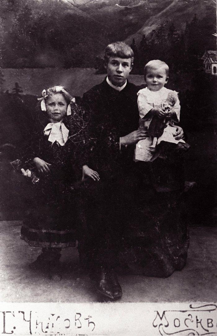 Сергей Есенин с сестрами Катей и Шурой. 1912