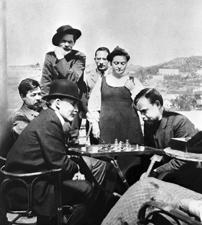 В.И. Ленин (слева) в гостях у А.М. Горького играет в шахматы с А.А. Богдановым. Италия, 1908