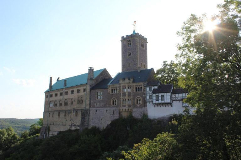 Замок Вартбург – место, где М. Лютер в 1521 г. сделал свой перевод Нового Завета на немецкий язык