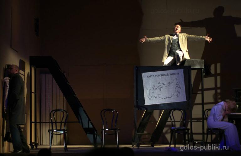 Сцена из спектакля «Мелкий бес». Павлушка – Андрей Сулимов