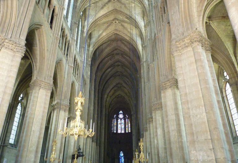 Готические колонны и своды собора Парижской Богоматери