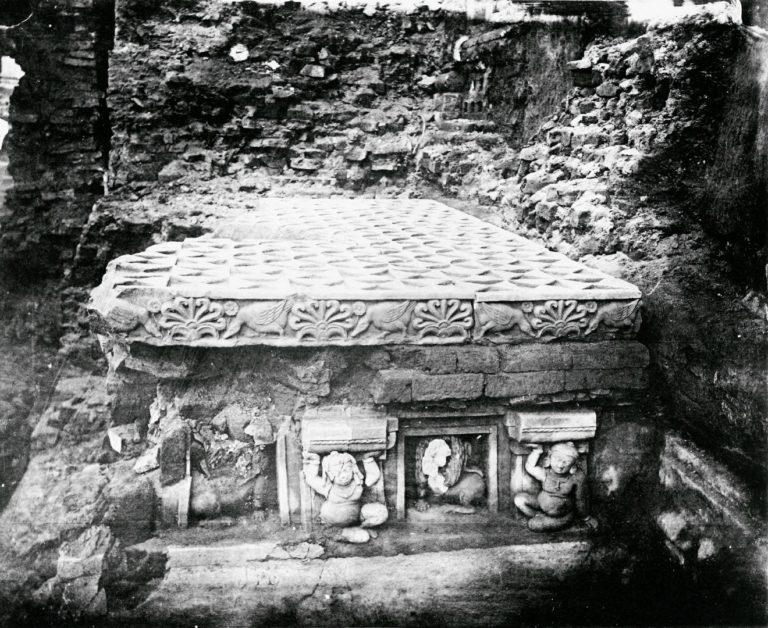 «Алмазный трон», построенный Ашокой в храме Махабодхи в Бодх-Гая