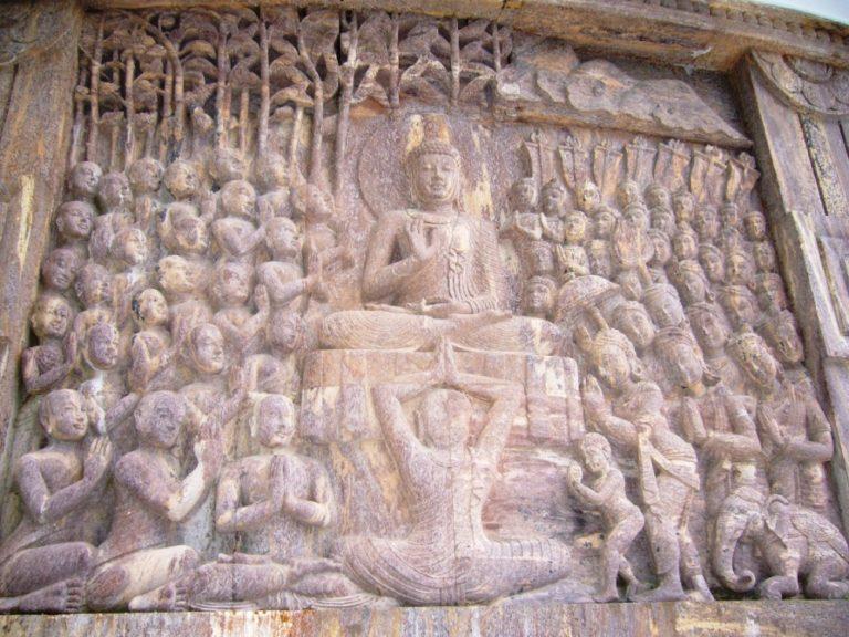 Будда под деревом Бодхи в окружении учеников