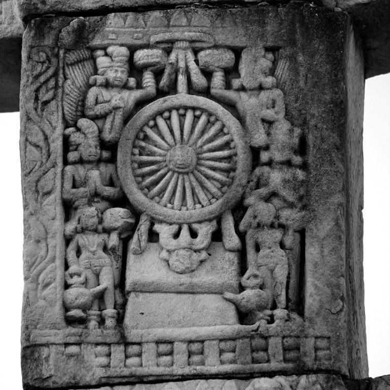 Будда представляет дхармачакру. III в. до н.э.