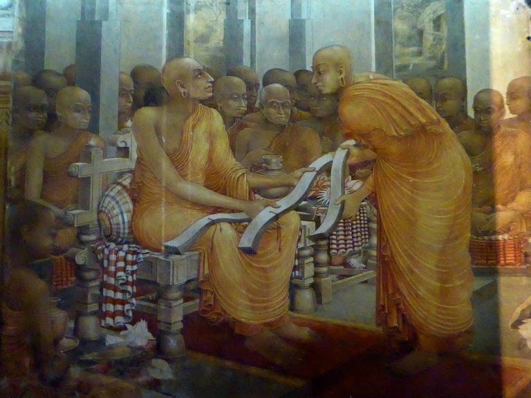 Буддхагхоша представляет три копии «Висуддхимагги», главного трактата Тхеравады. 1-я пол. XX в.