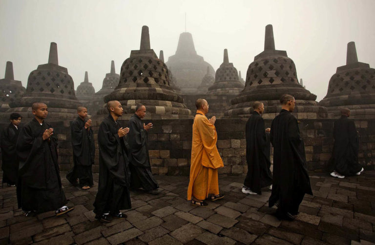 Буддийские монахи храма Боробудур