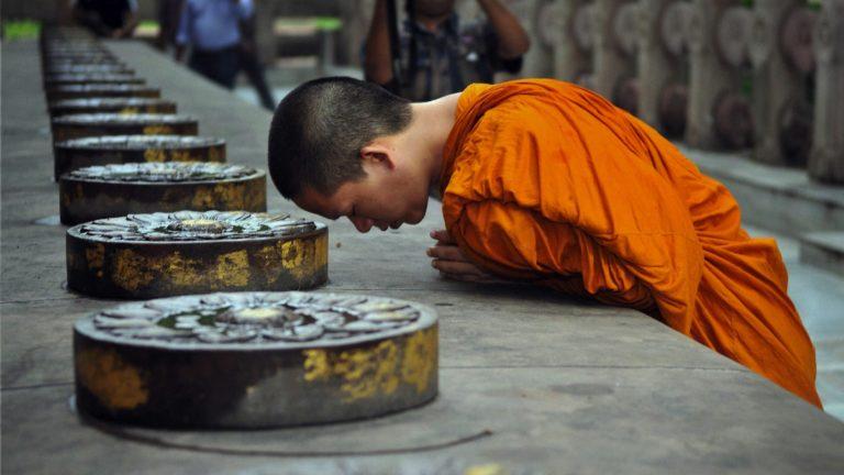 Буддийские монахи молятся в Чиангмае, Тайланд