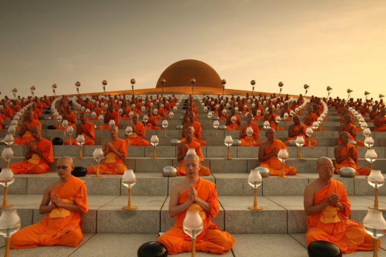 Буддисты у храма Ват Пхра Дхаммакая