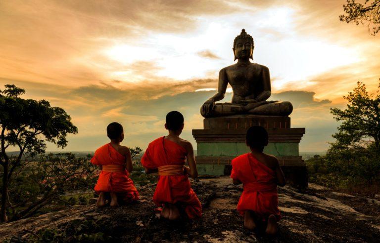 Дети возле статуи Будды на праздник Гуру-пурнима