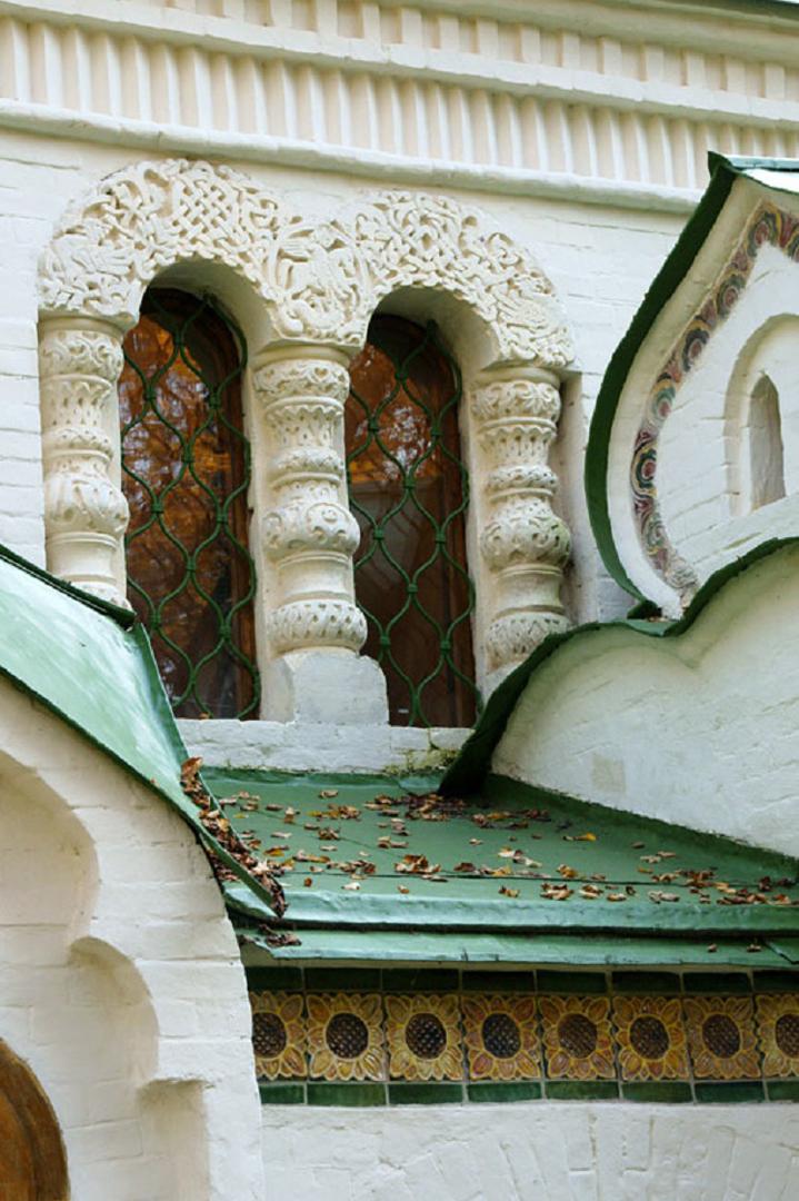 Фрагмент фасада церкви Спаса Нерукотворного в Абрамцево