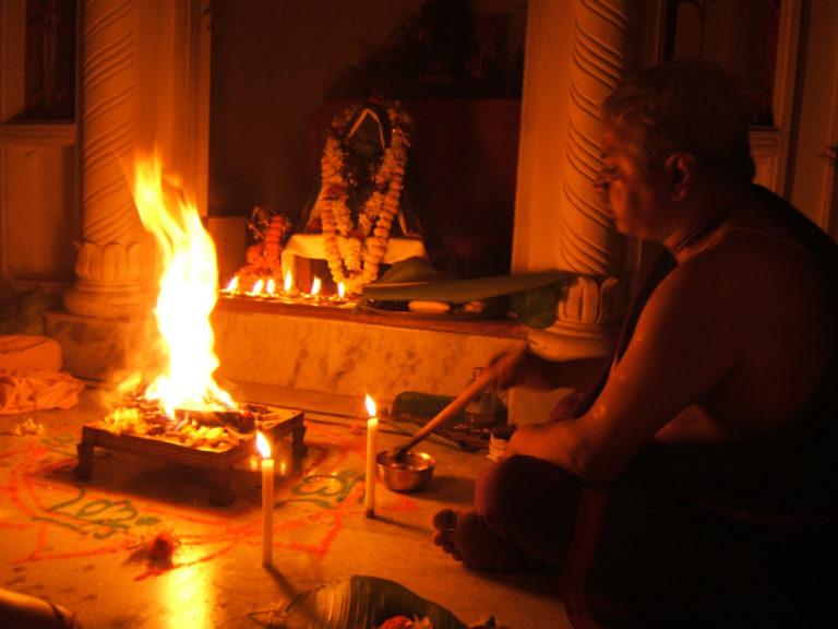Индуистский брахман совершает огненное жертвоприношение – яджну
