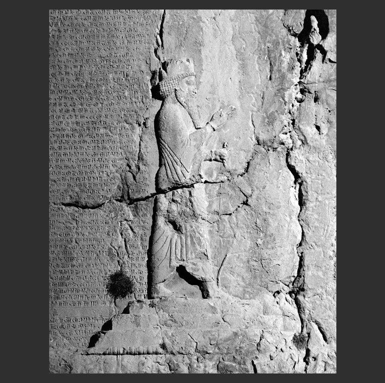 Изображение Дария I (др.-перс. «Держащего добро», «Добронравного», 550—486 до н.э.) на его гробнице