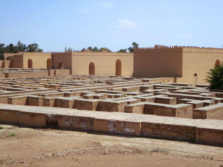 Лабиринт фундаментов рядом с реконструированным дворцом Навуходоносора II. VI в. до н.э.