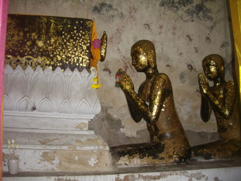 Махакашьяпа перед телом Будды