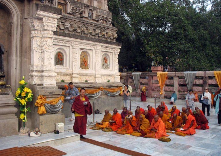 Медитация монахов у храма Махабодхи в Бодхгае