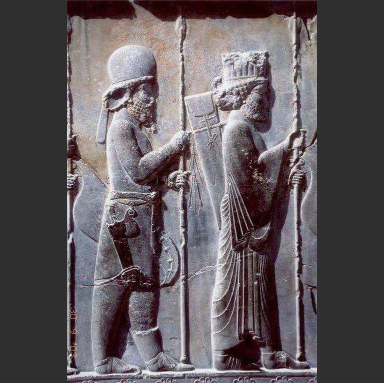 Мидийский воин (слева) в традиционном костюме. V в. до н.э.
