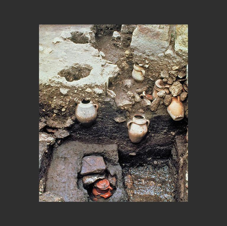 Погребальные урны с обгорелыми костными останками детей