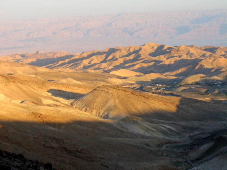 Пустынные холмы южной Иудеи неподалёку от Арада