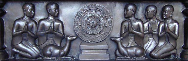 Пять первых учеников Будды перед колесом учения