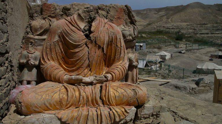 Разрушенная статуя Будды
