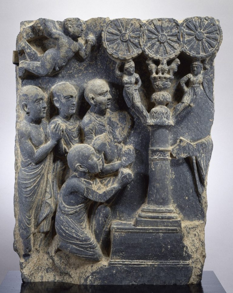 Рельеф с изображением первой проповеди Будды (справа можно видеть руку Будды). II в. Кушан