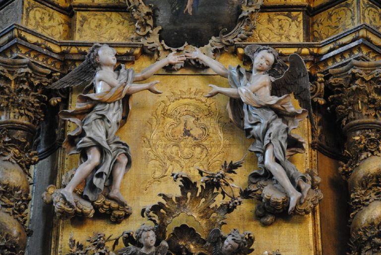 Резные ангелы на иконостасе Троицкого собора Троице-Глединского монастыря