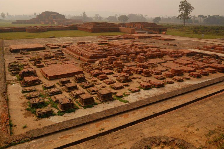 Руины университета Викрамашила. VIII–XII вв.
