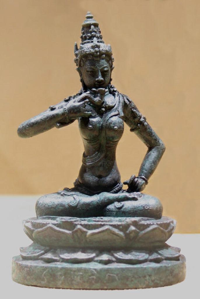 Сидящая женщина – эзотерическое буддийское божество. Индонезия, X в.