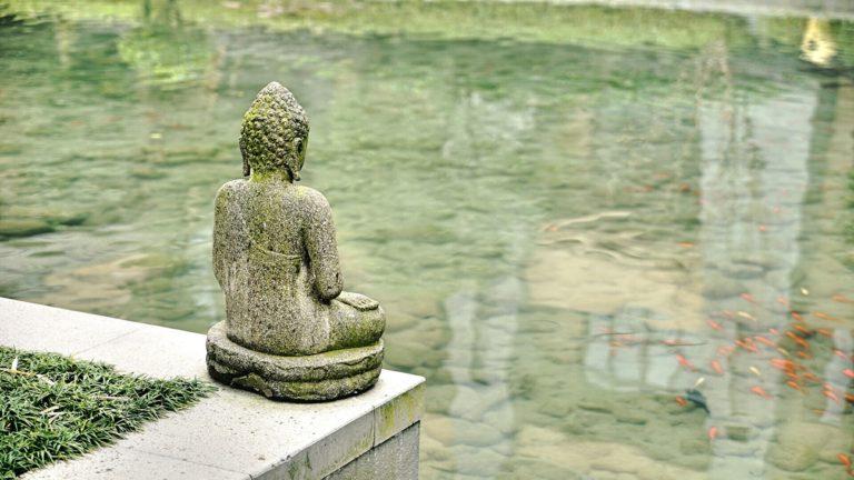 Скульптура Будды в саду Сучжоу