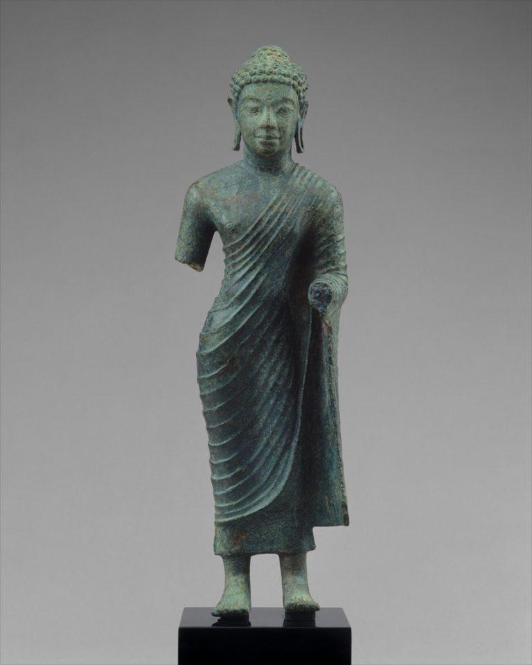 Стоящий Будда в традиционной одежде кашая. VII–VIII вв. Индонезия