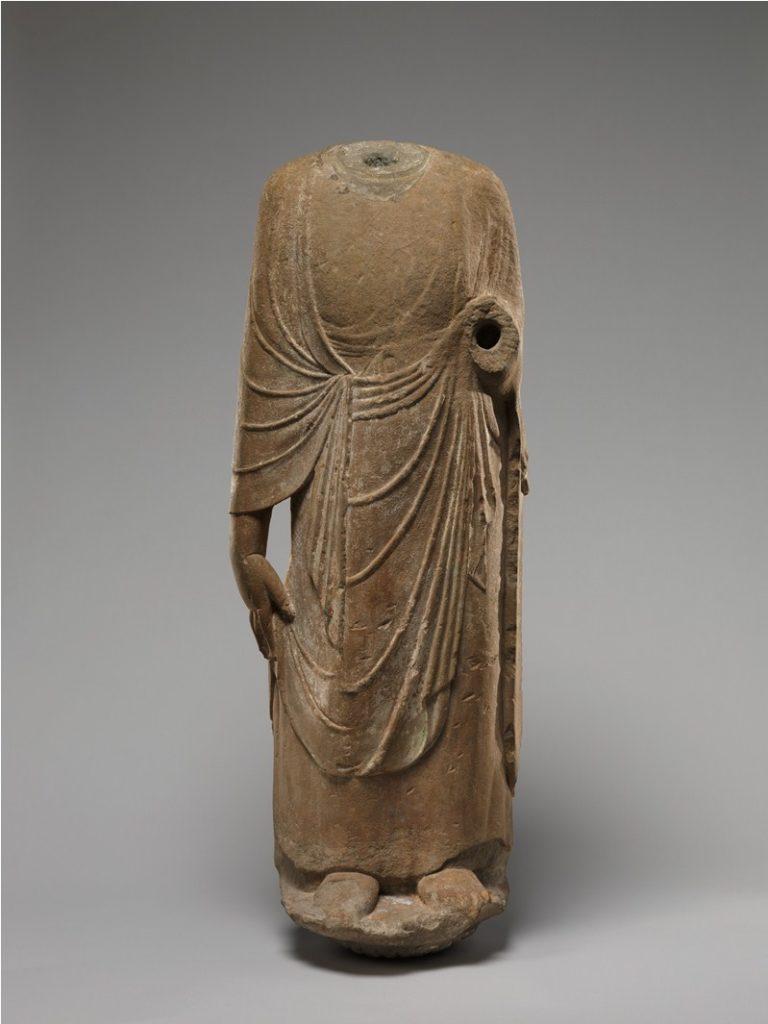 Торс монаха в традиционной одежде. Китай, V–VI вв.