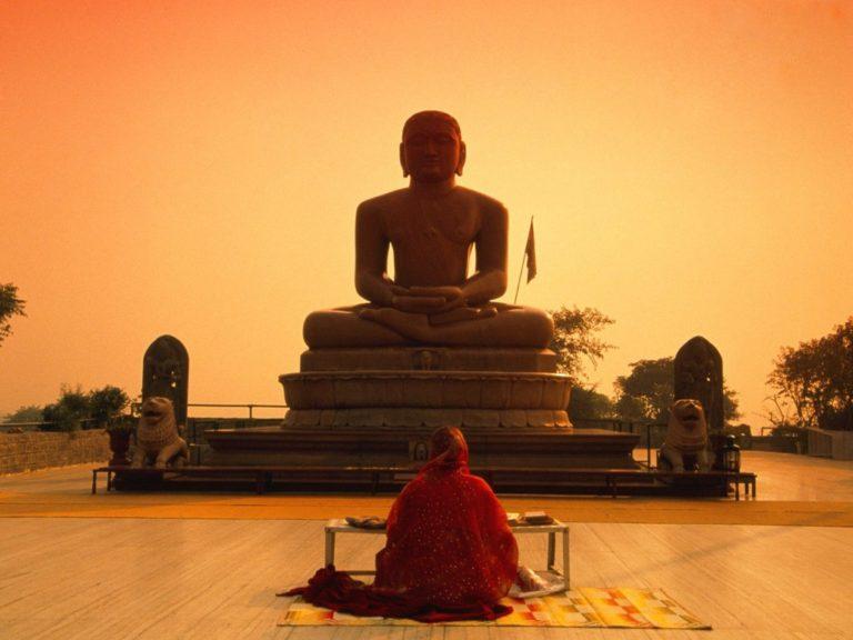 Женщина перед статуей Будды