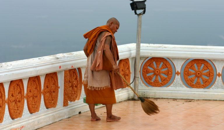Жизнь буддийского монаха предполагает дисциплину и труд, в том числе, физический